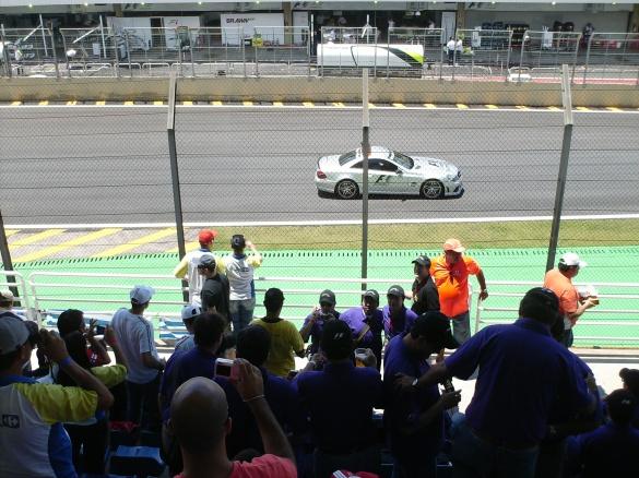Carro de segurança andou pela pista antes da prova, e deu algumas arrancadas